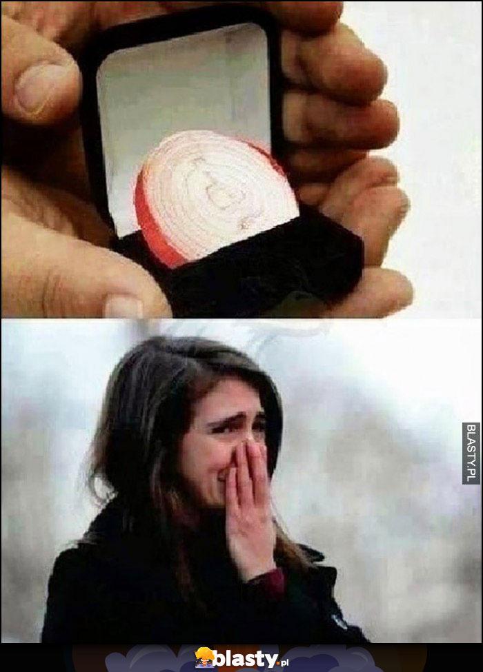 Pierścionek zaręczonowy cebula dziewczyna płacze zakrywa nos