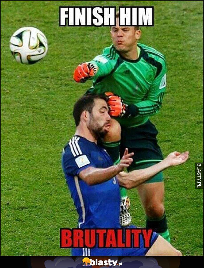 Finish him brutality bramkarz wjeżdża kolanem w szczęke piłkarza