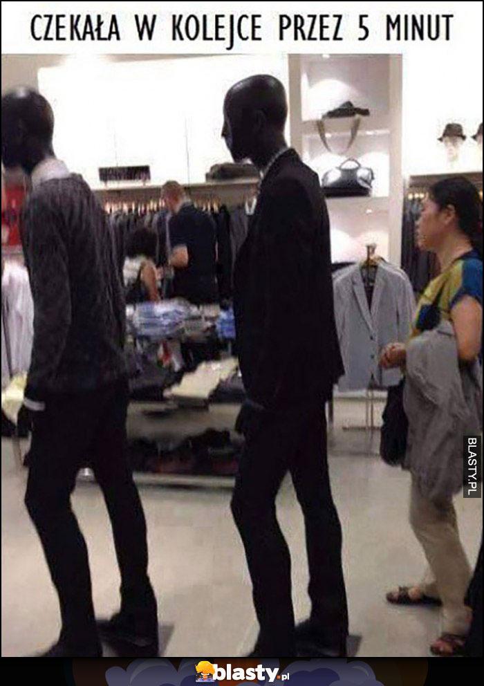 Manekiny w sklepie, laska czekała w kolejce za nimi przez 5 minut