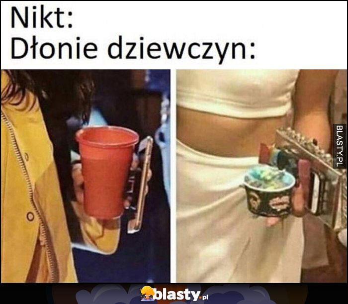 Nikt: dłonie dziewczyn pełne przedmiotów