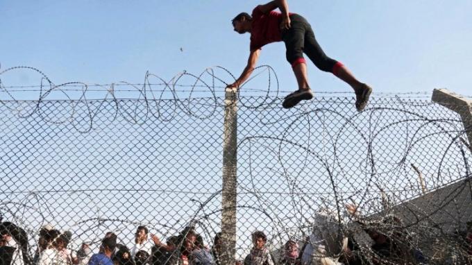 Dobry ziomek imigrant wykonuje skok o tyczce