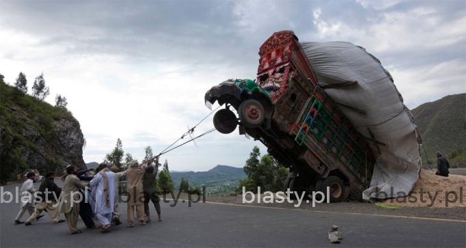 I oto widzimy jak Hindusi ujarzmiają dziką ciężarówkę - czytała Krystyna Czubówna.
