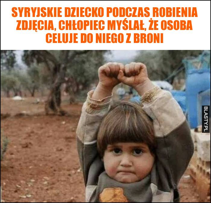 Syryjskie dziecko podczas robienia zdjęcia, chłopiec myślał, że osoba celuje do niego z broni