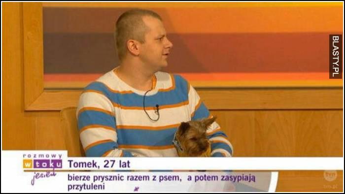 Tomek 27 lat bierze prysznic z psem