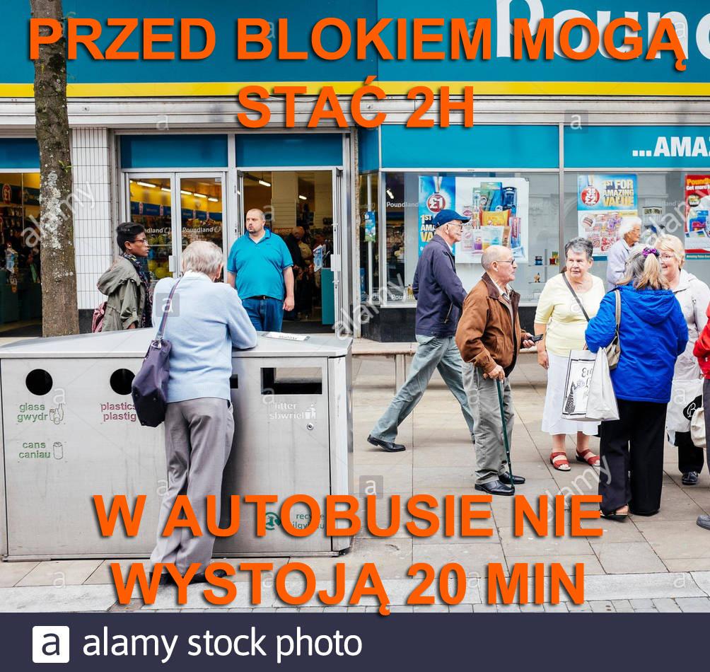 babcie stoją przed blokiem