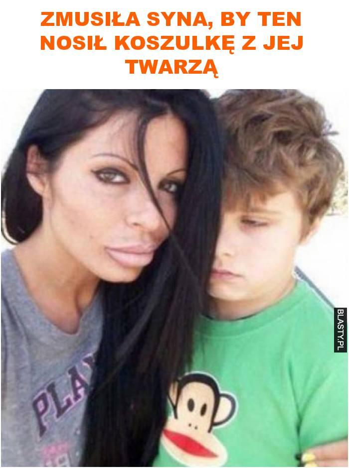 zmusiła syna, by ten nosił koszulkę z jej twarzą