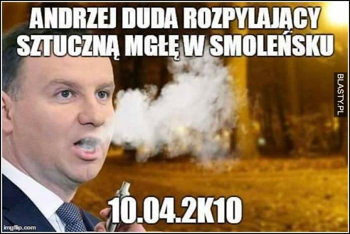 Andrzej duda rozpyla sztuczną mgłę w smoleńsku
