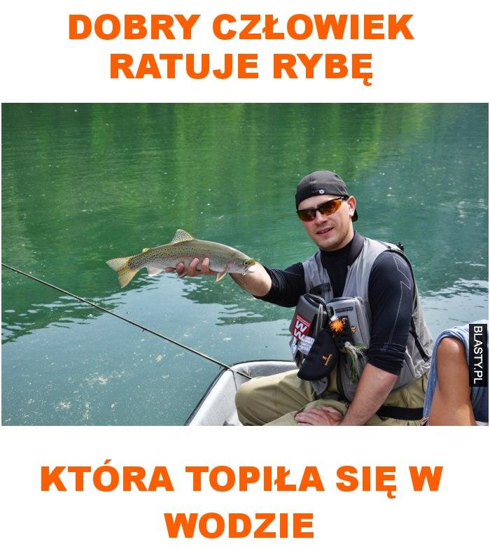 dobry człowiek ratuje rybę która topiła się w wodzie