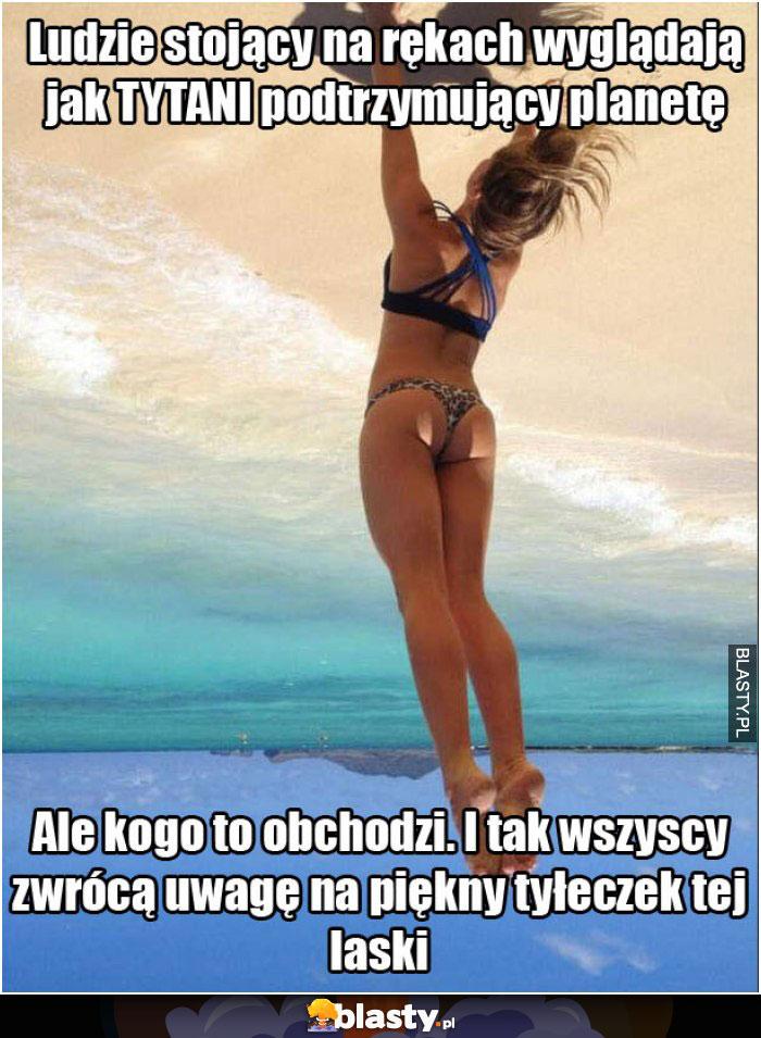 Wysportowana dziewczyna na plaży