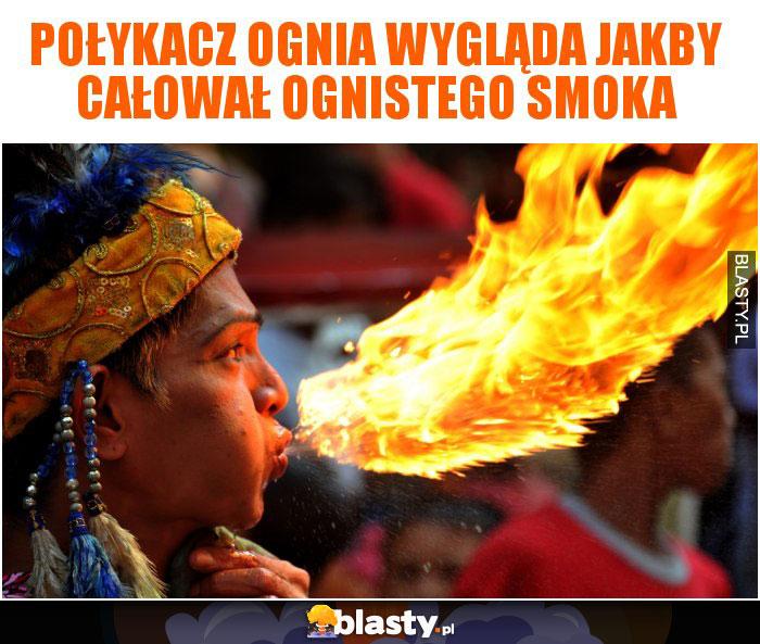 Połykacz ognia wygląda jakby całował ognistego smoka