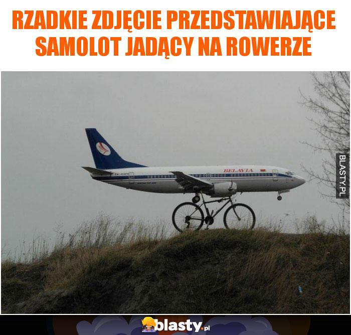 Rzadkie zdjęcie przedstawiające samolot jadący na rowerze