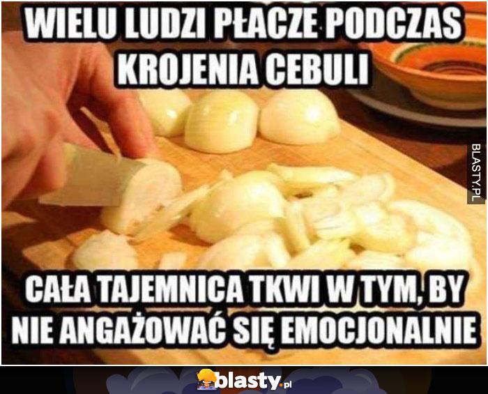 Wielu ludzi płacze podczas krojenia cebuli