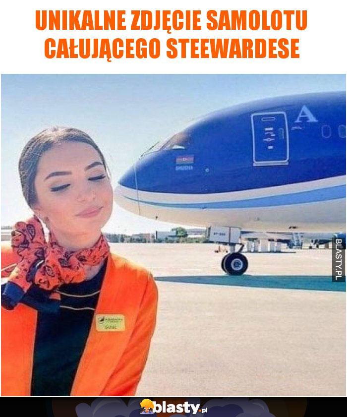 Unikalne zdjęcie samolotu całującego steewardese