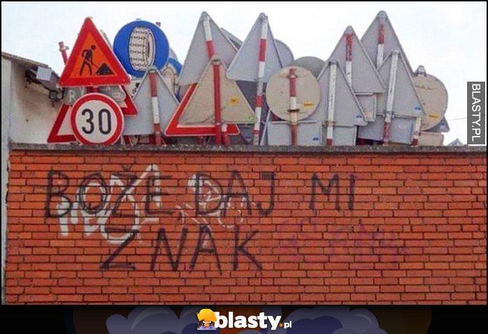 Boże daj mi znak, znaki drogowe za murem
