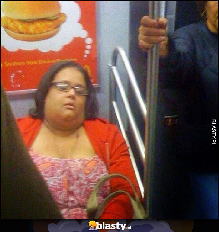 Kobieta śpi w metrze myśli o burgerze reklama za nią