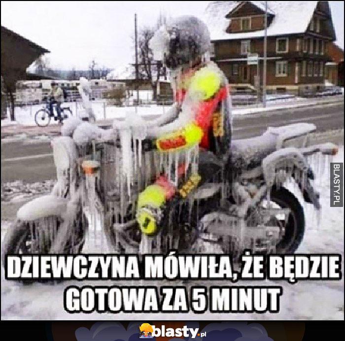 Dziewczyna mówiła, że będzie gotowa za 5 minut zamarznięty motocyklista