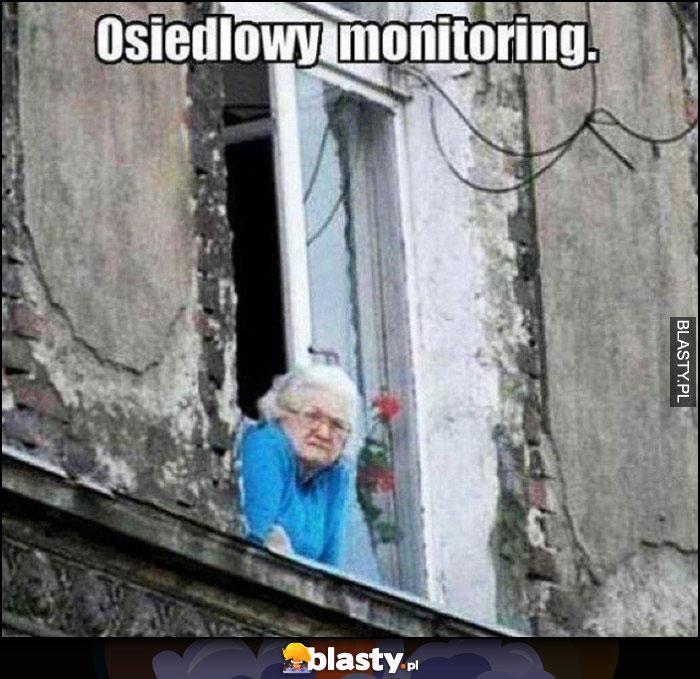 Osiedlowy monitoring babcia siedzi w oknie