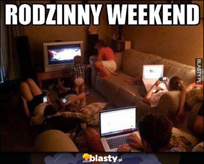 Rodzinny weekend wszyscy siedzą wpatrzeni w ekrany