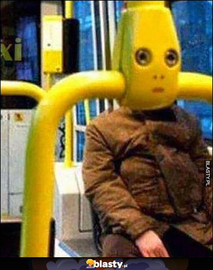 Babcia w autobusie tramwaju uchwyt wygląda jak jej głowa dziwna mina