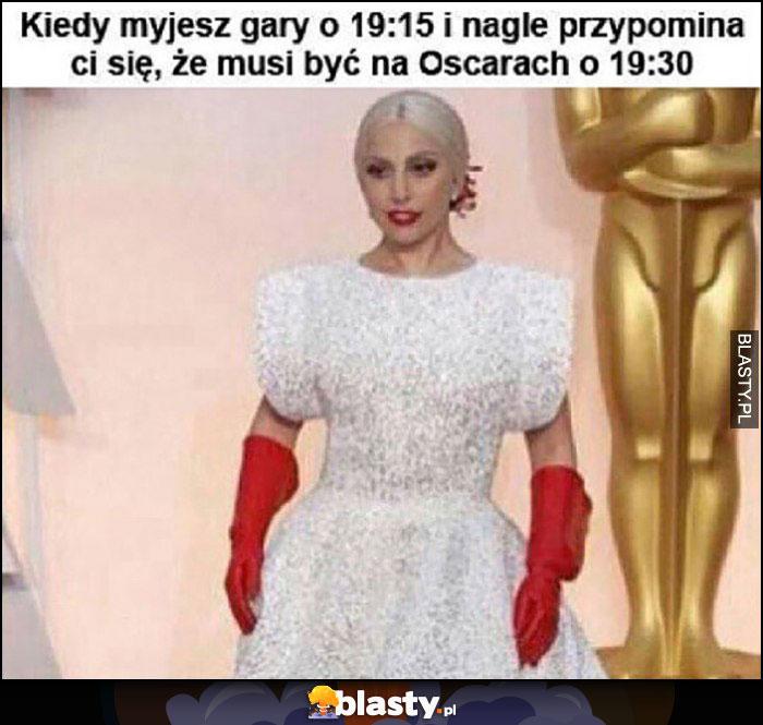 Lady Gaga kiedy myjesz gary o 19:15 i nagle przypomina Ci się, że musisz być na Oscarach o 19:30 czerwone rękawiczki