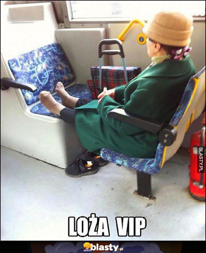 Loża VIP babcia w autobusie wyciągnęła nogi i zdjęła buty