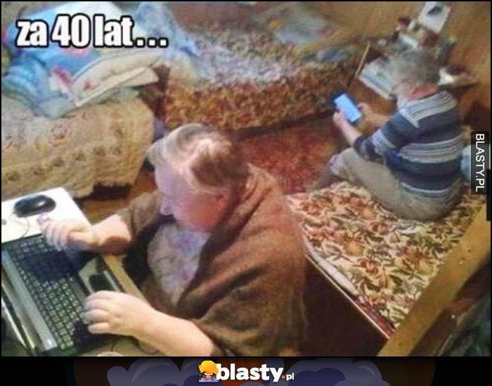 Małżeństwo za 40 lat babcia i dziadek na telefonie laptopie nie gadają ze sobą