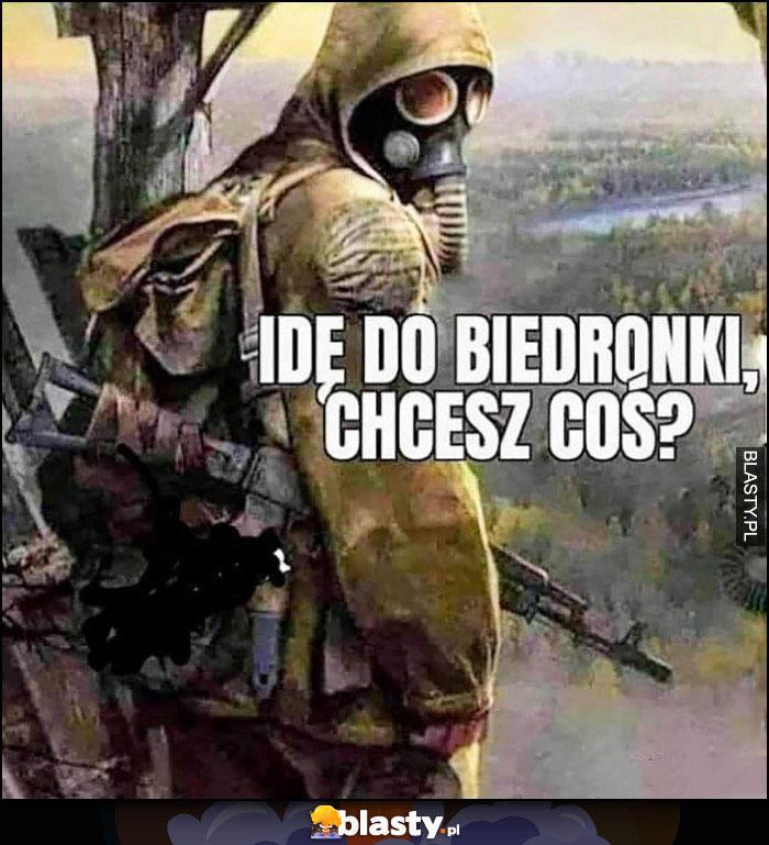 Idę do Biedronki, chcesz coś? Ubrany jak na wojnę w kombinezon, maska gazowa, karabin
