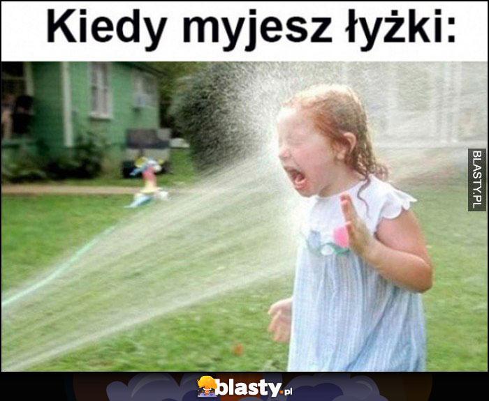 Kiedy myjesz łyżki dziecko dostaje wodą w twarz