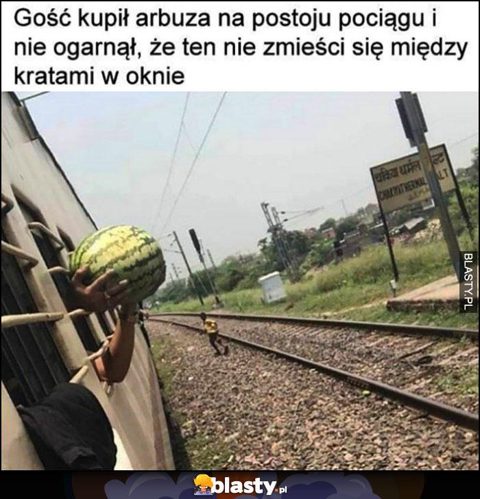 Gość kupił arbuza na postoju pociągu i nie ogarnął, że ten nie zmieści się między kratami w oknie