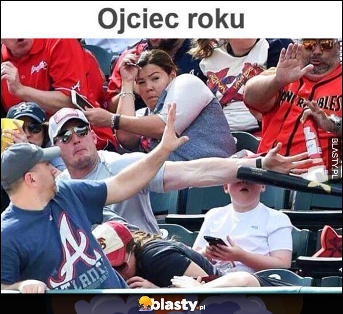 Ojciec roku ratuje dzieciaka ręką żeby nie dostał baseballem w twarz