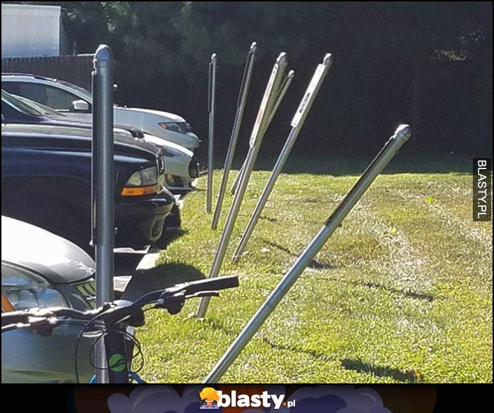 Słupy przy parkingu pokrzywione powyginane od parkujących aut