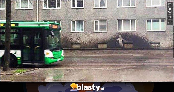 Autobus obryzgał ścianę ślad odbicie gościa