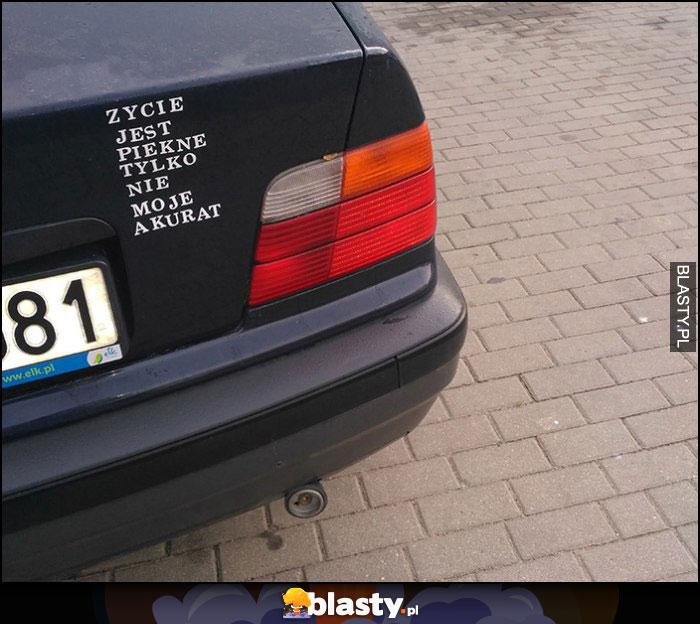 Życie jest piękne tylko nie moje akurat napis na BMW