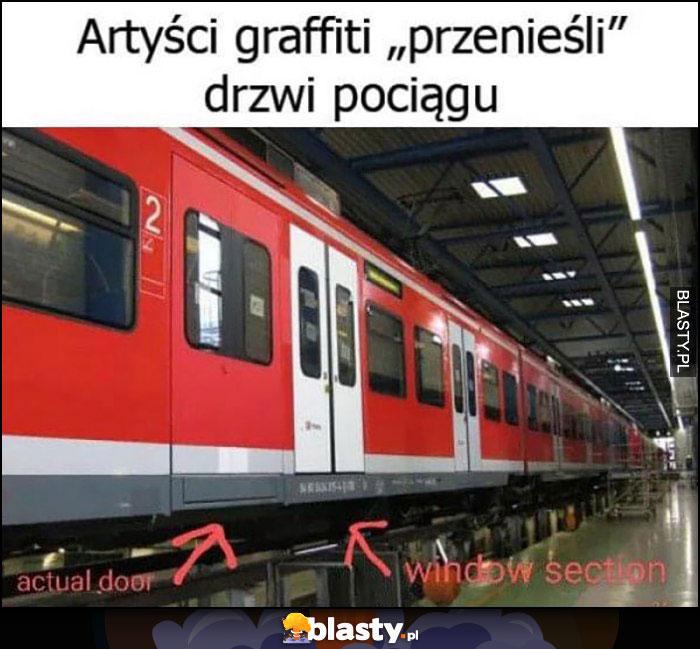 Artyści graffiti przenieśli drzwi pociągu namalowali nowe obok