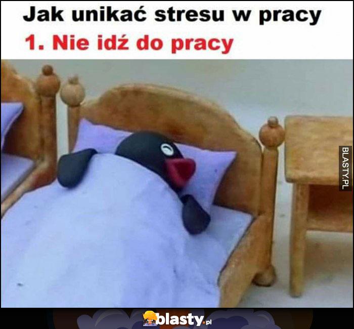 Jak unikać stresu w pracy: punkt 1. nie idź do pracy pingwin śpi w łóżku