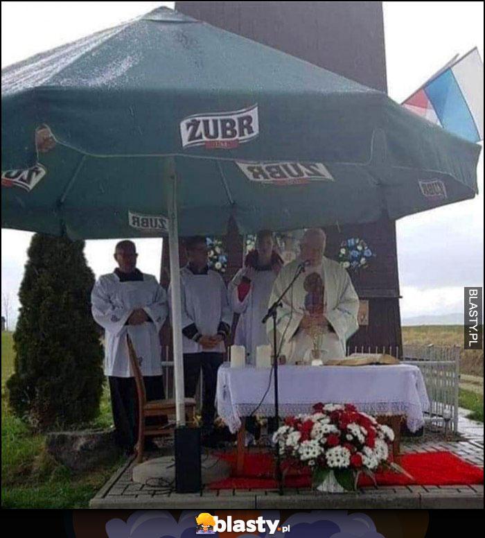 Ksiądz odprawia mszę pod parasolem piwo Żubr