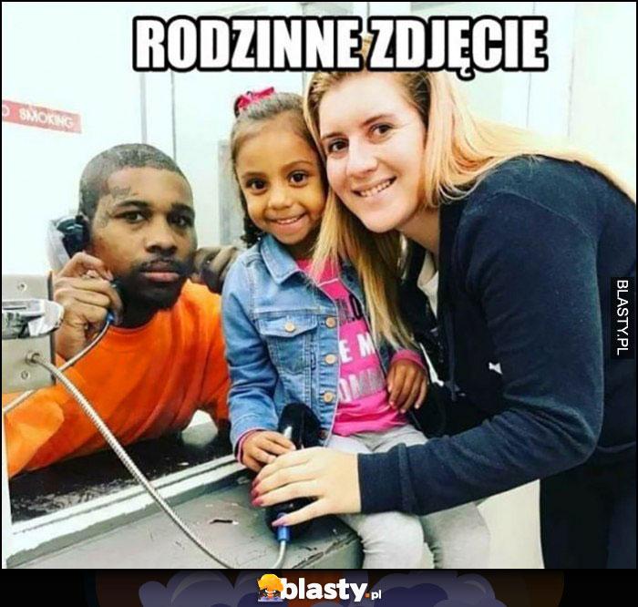 Rodzinne zdjęcie czarny ojciec murzyn w więzieniu na widzeniu
