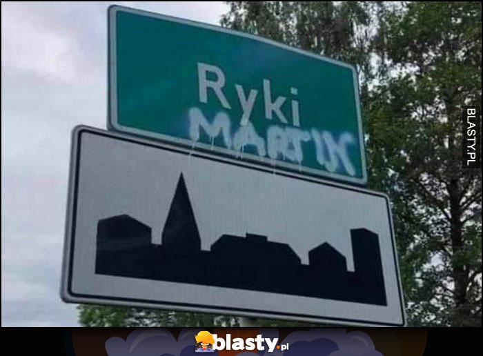 Ryki Martin dopisane na tabliczce z nazwą miejscowości