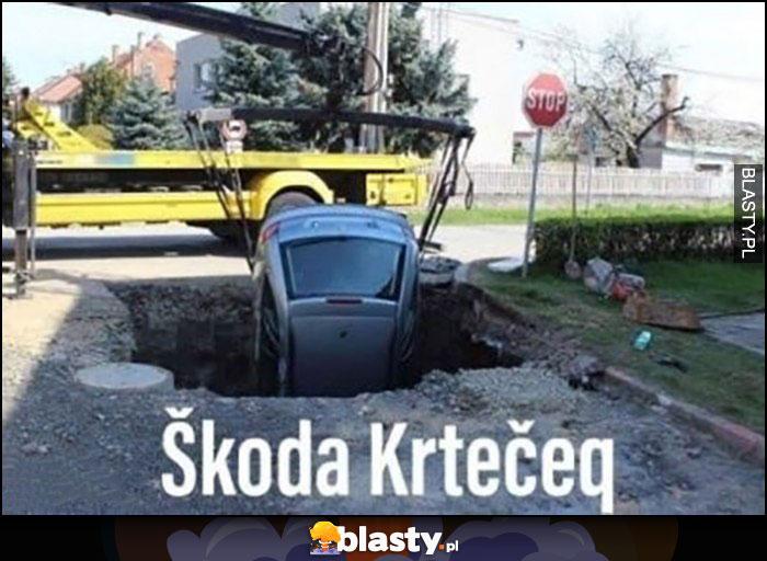 Skoda Krteceq krecik wpadła do dziury dołu rowu