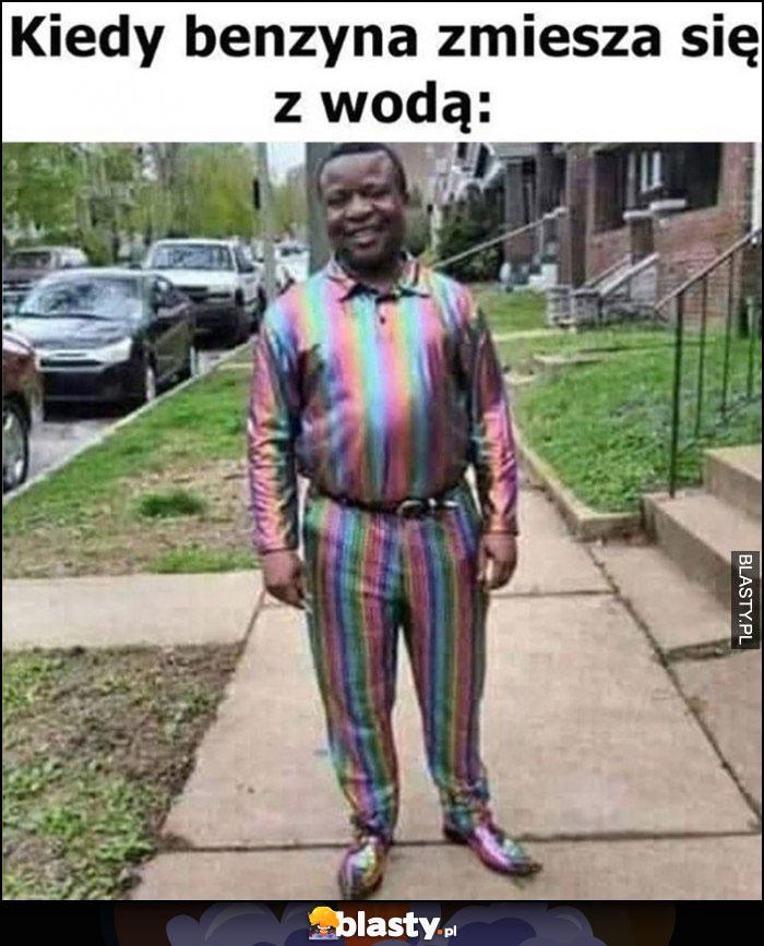 Kiedy benzyna zmiesza się z wodą kolor tęczowy murzyn w ubraniu